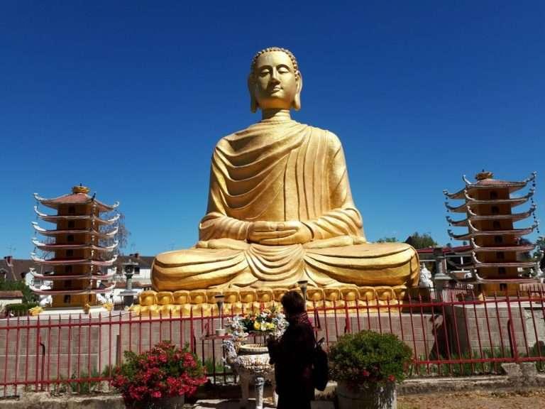 Bouddhas géants à Noyant d'Allier en Auvergne